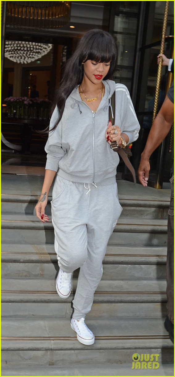 rihanna grey sweats london hotel 01