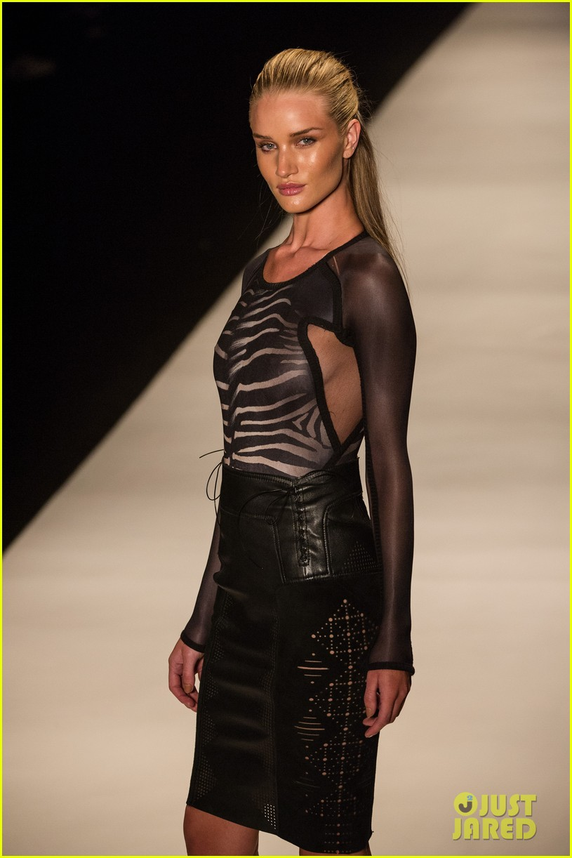 rosie huntington whiteley runway sao paulo 03