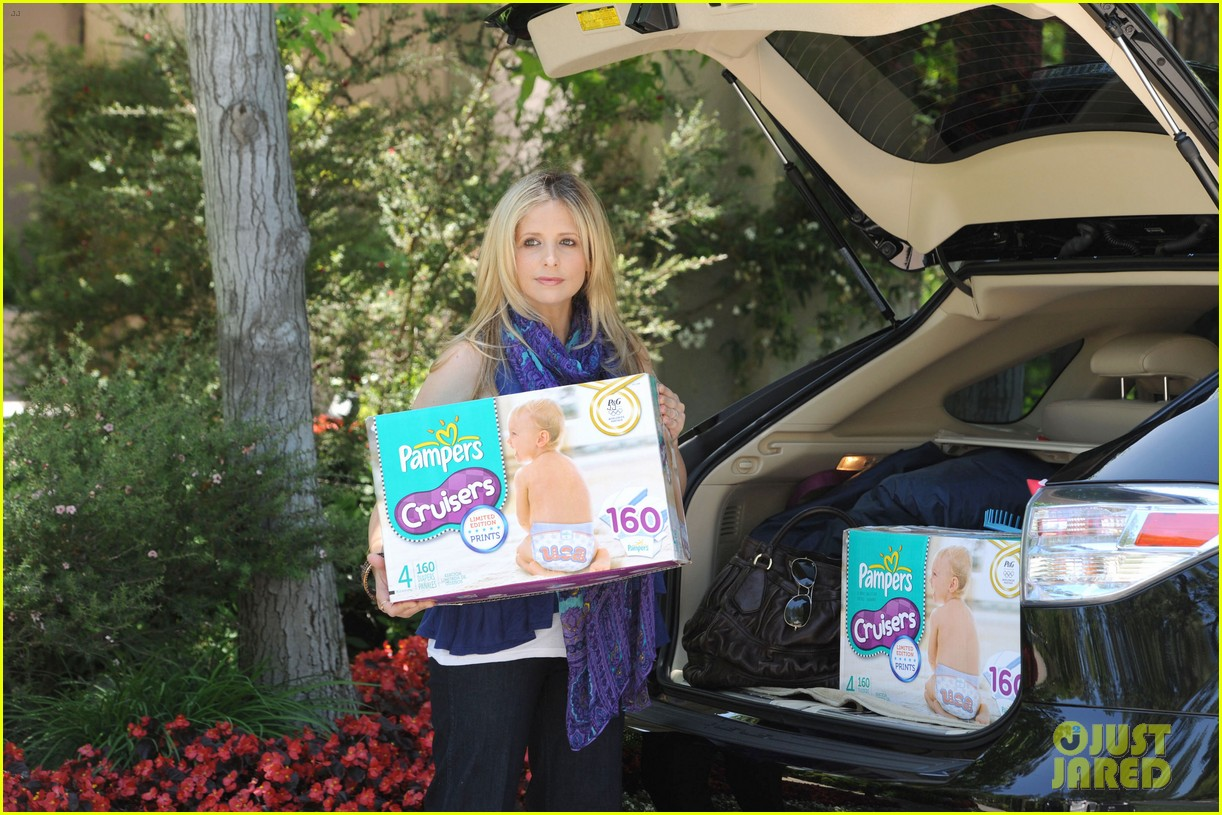 sarah michelle gellar piles up the pampers 05