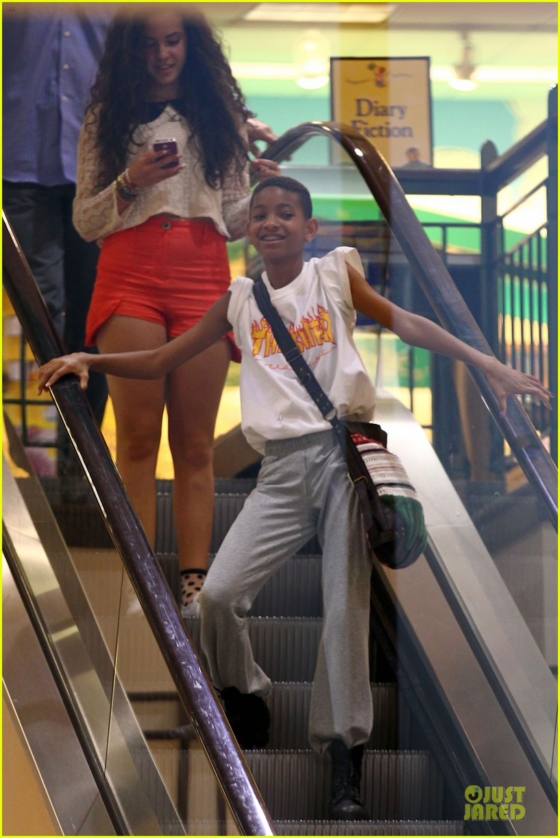willow smith escalator barnes noble 052680494