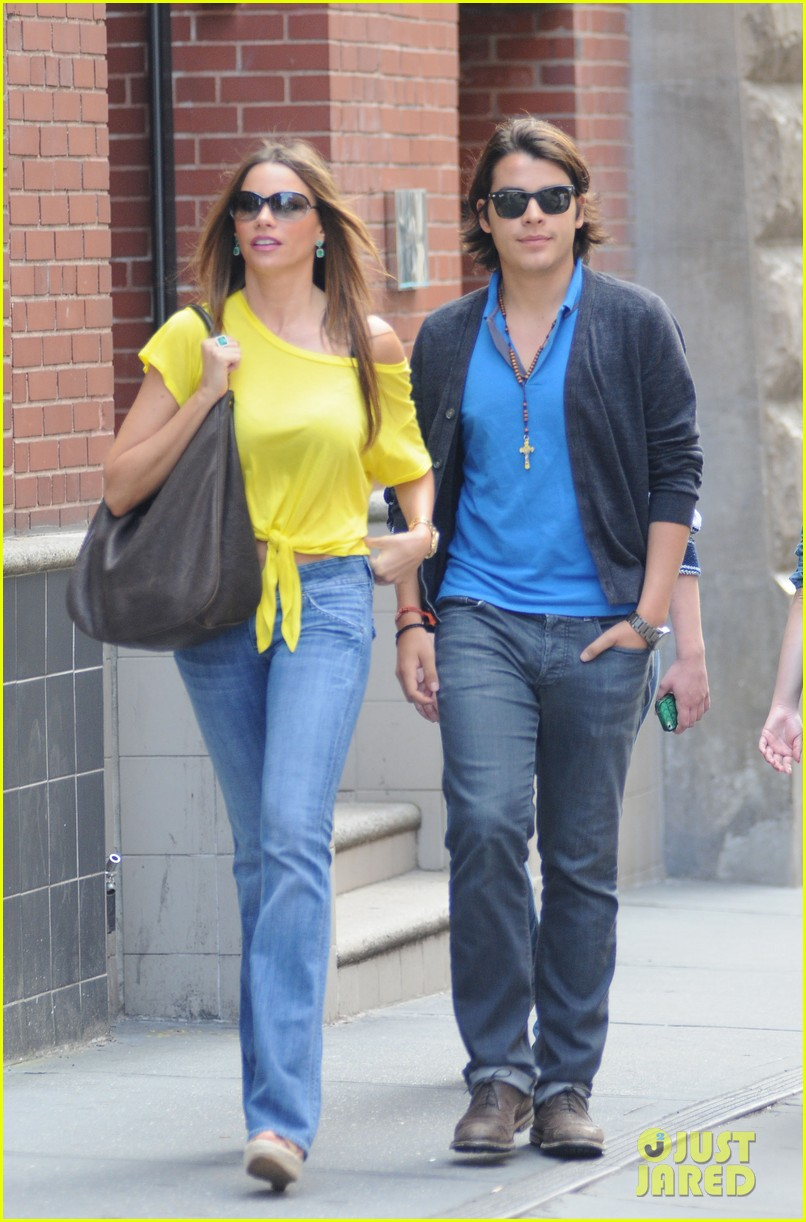 sofia vergara shopping with manolo 03