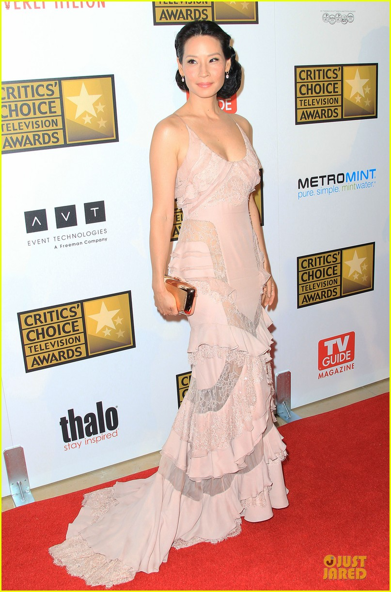 kate walsh lucy liu critics choice tv awards 2012 01