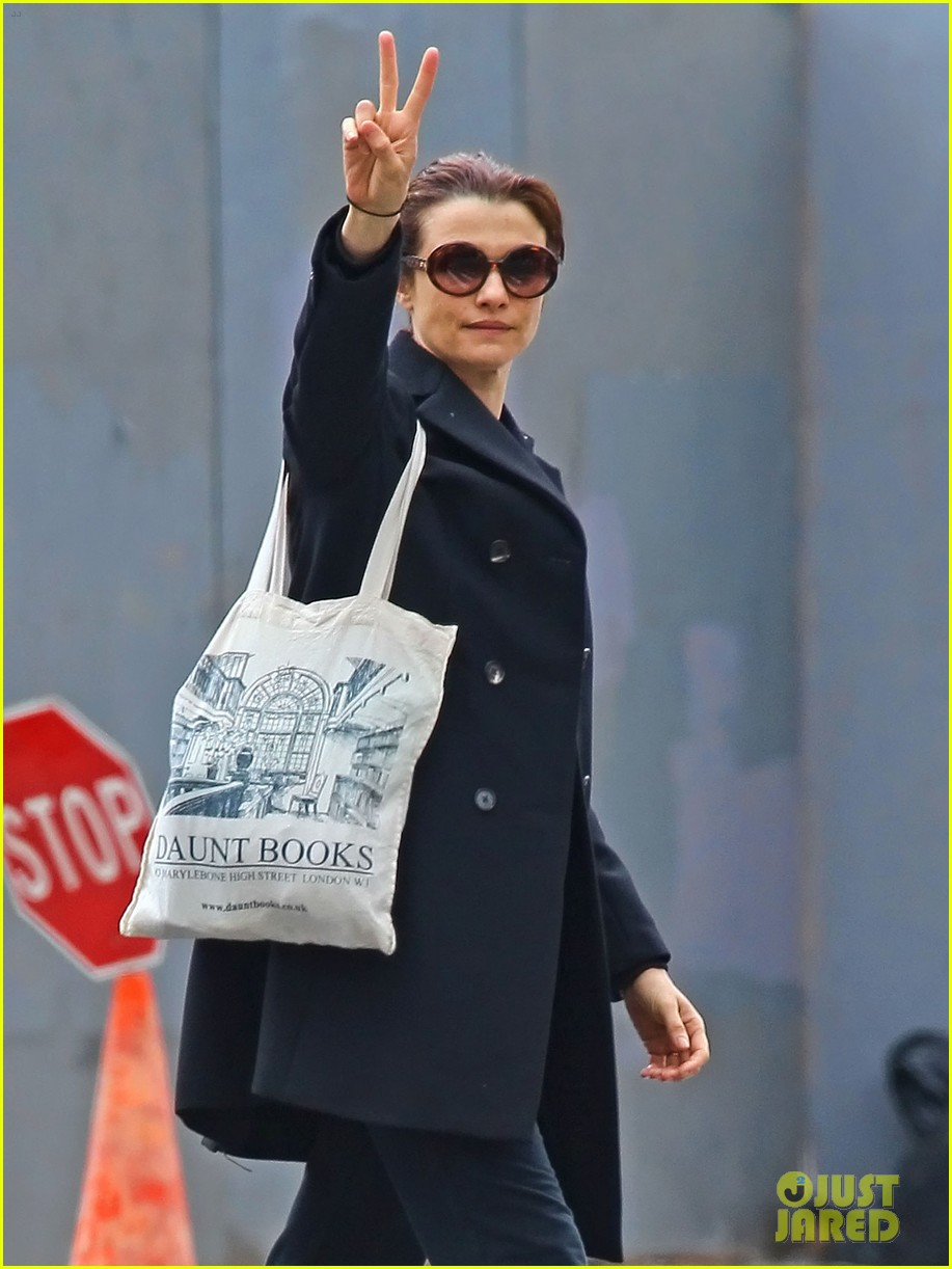 rachel weisz peace sign 032671088