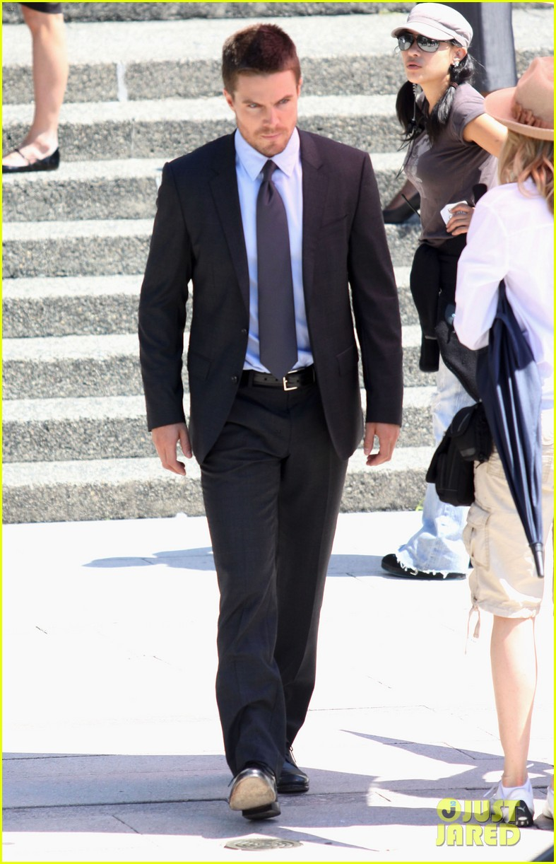 stephen amell suits up on arrow set 012692431