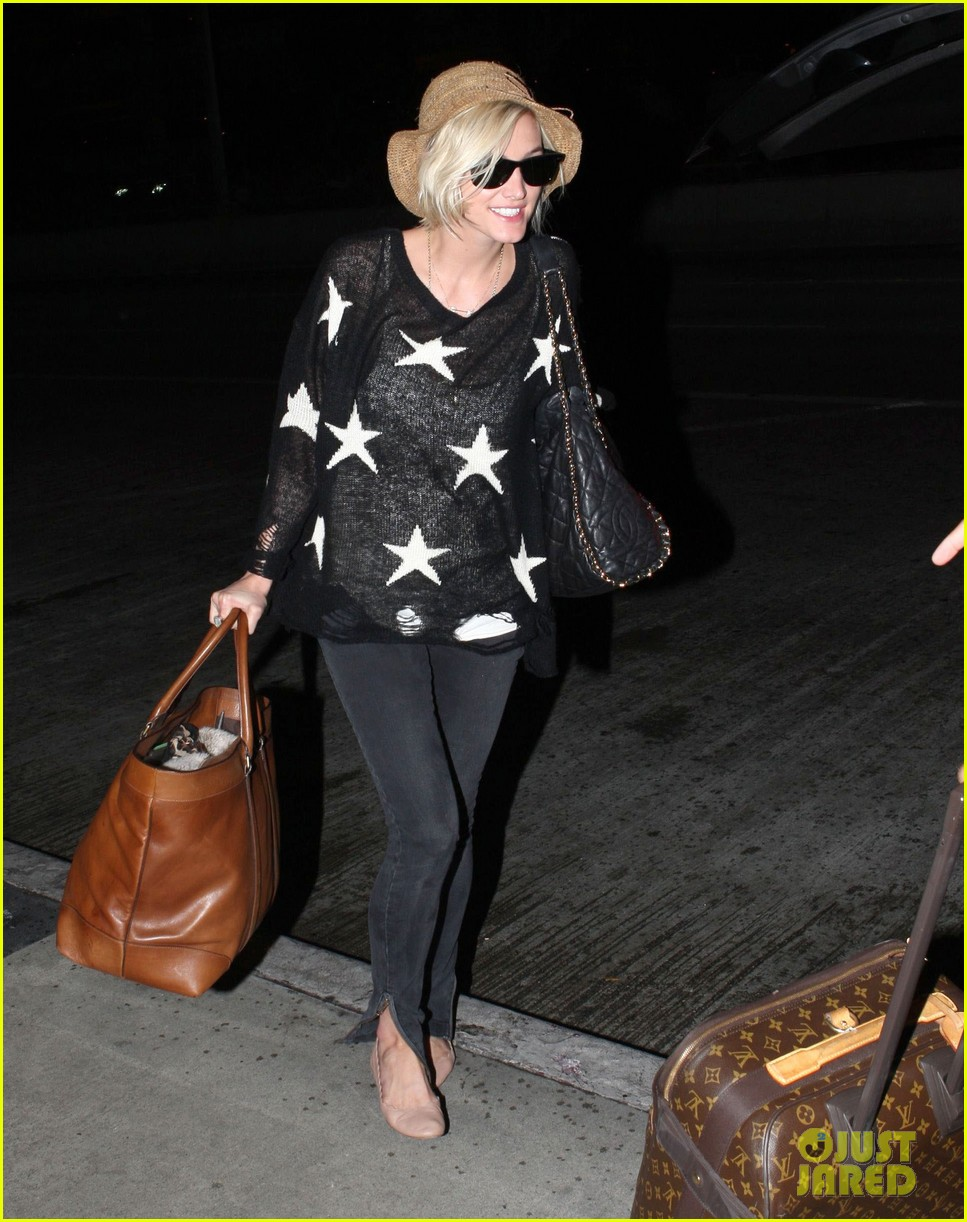 ashlee simpson star sweater at lax 04
