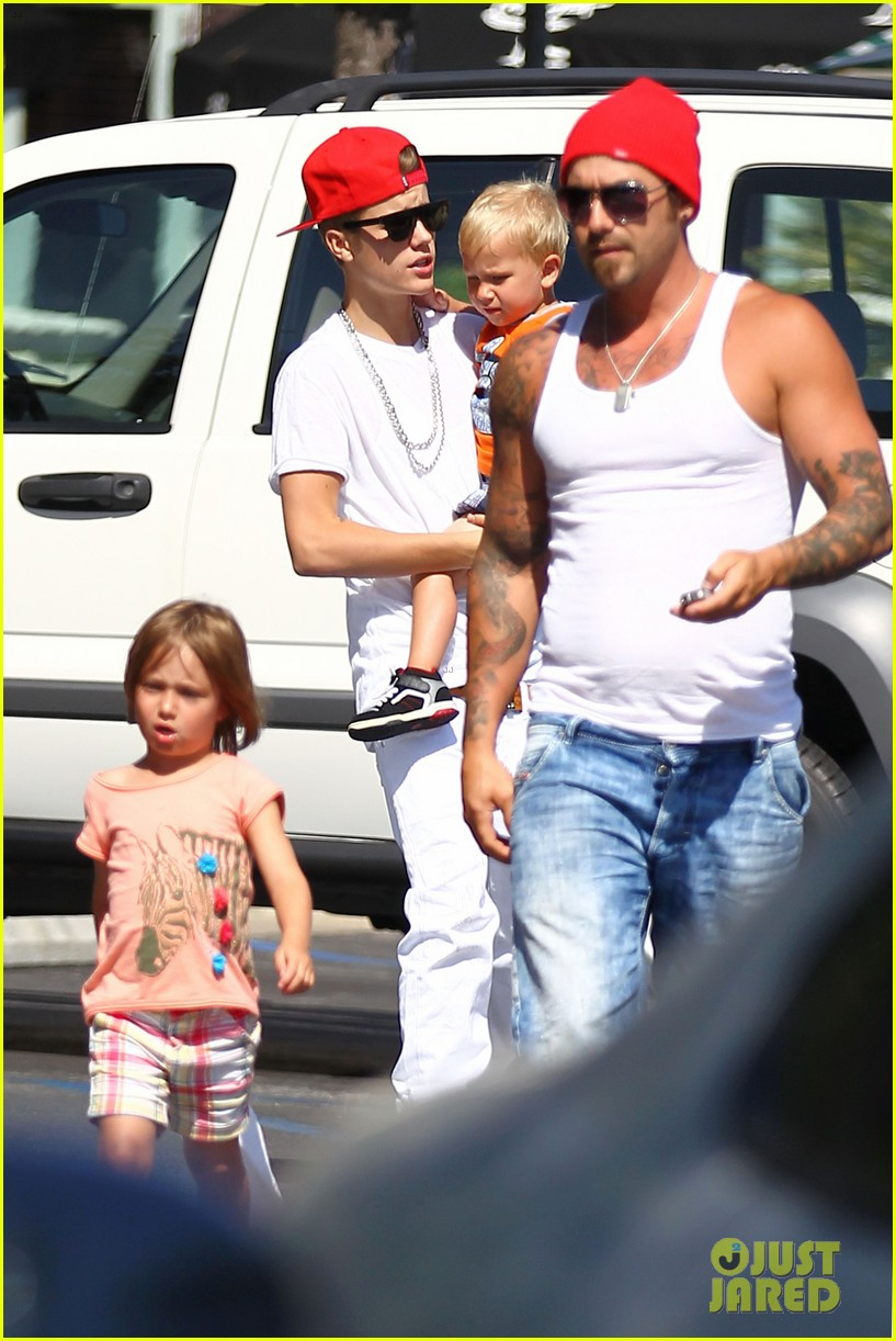 justin bieber kings fish house with dad and siblings 10