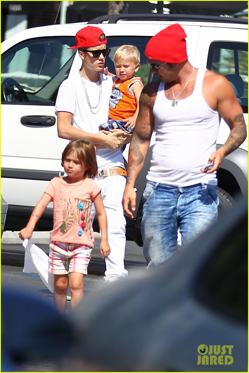 justin bieber kings fish house with dad and siblings 132694714