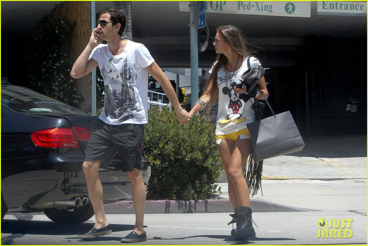 adrien brody shopping stroll with lara lieto 03