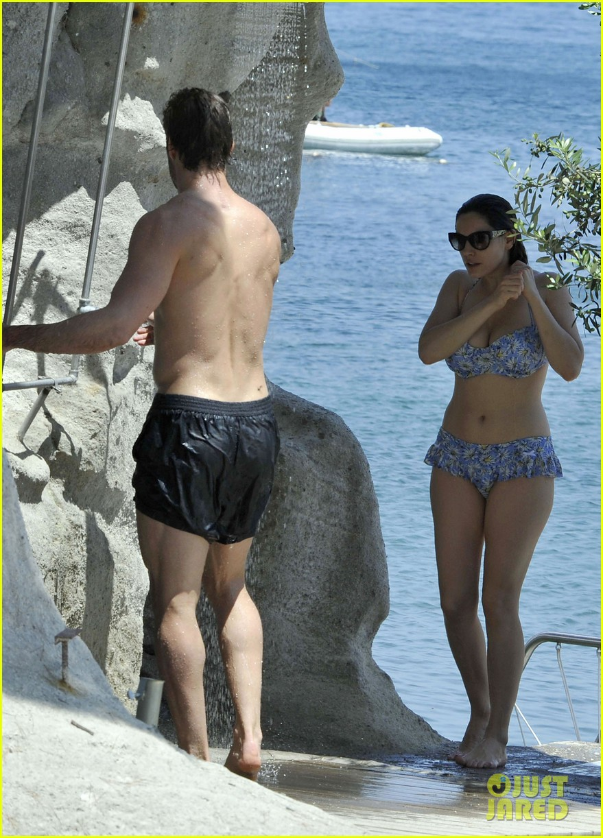 bikini clad kelly brook kisses shirtless thom evans in ischia 15