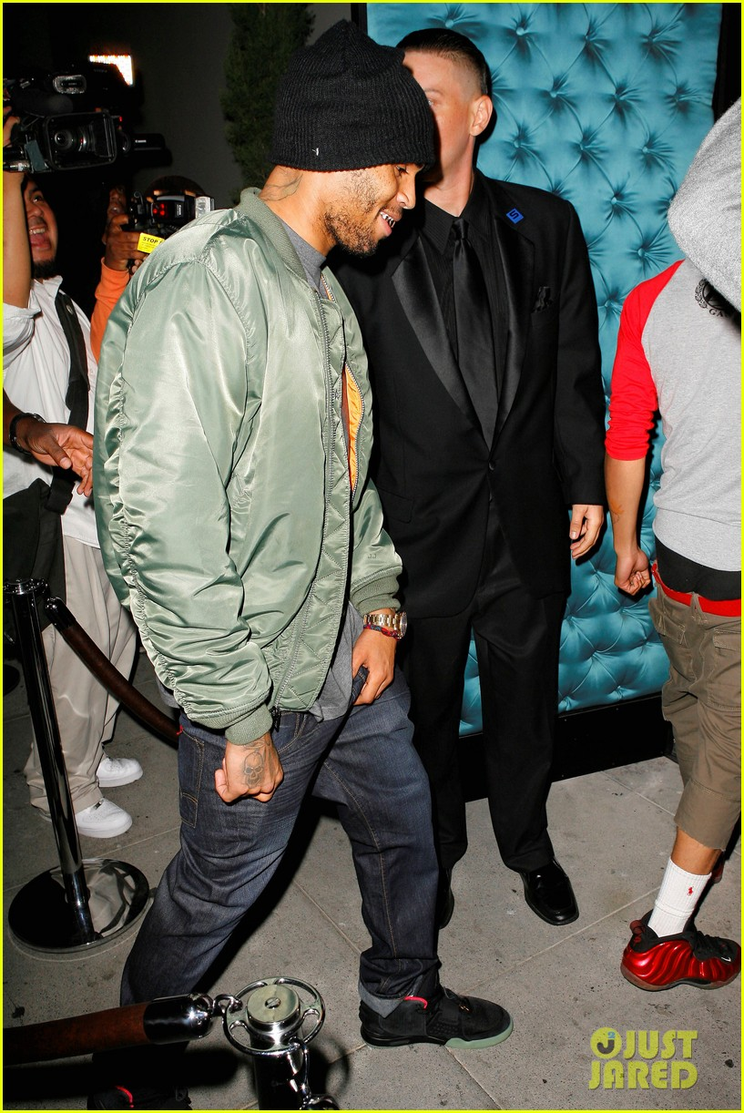 chris brown grills out at av nightclub 142682396