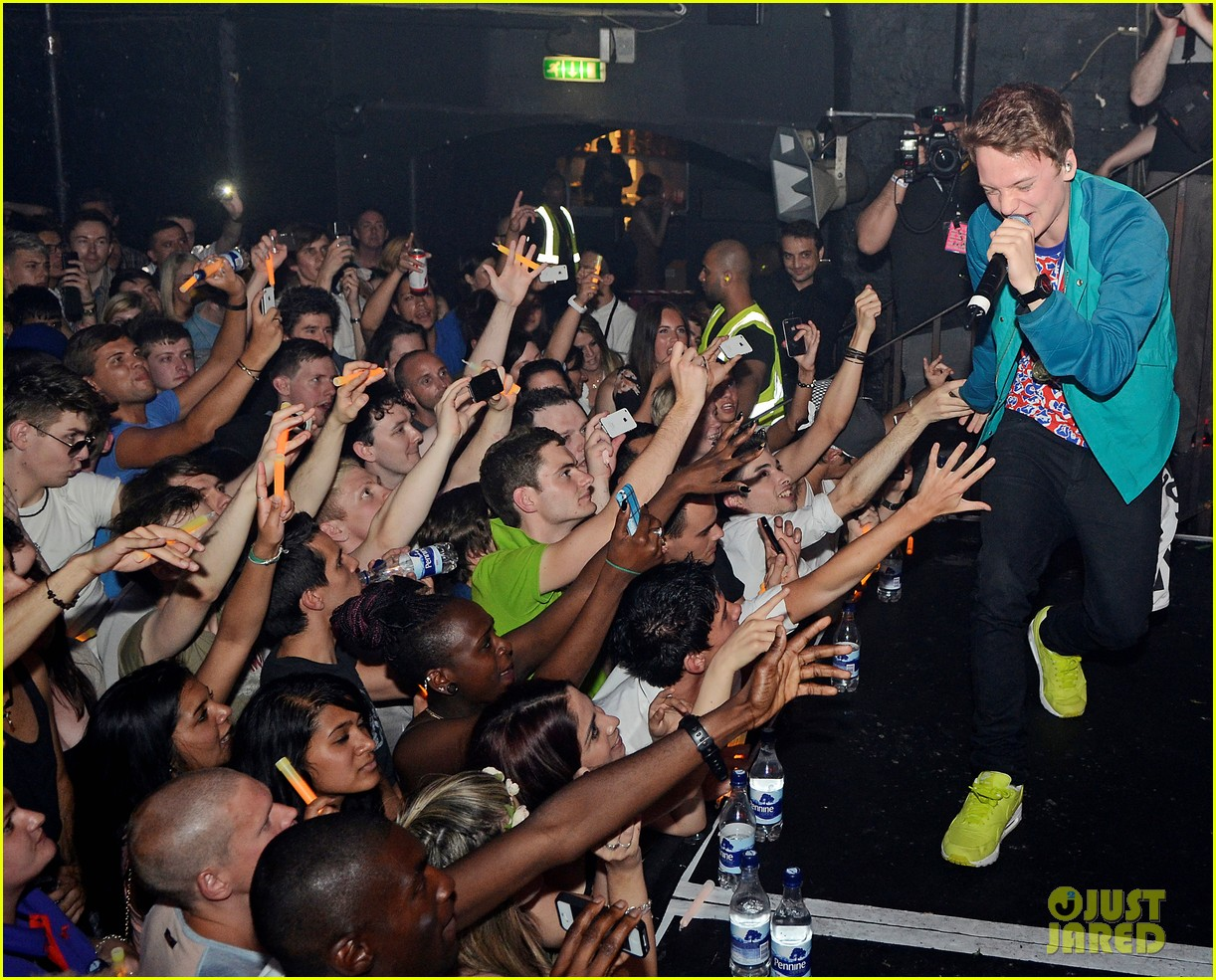 conor maynard gay bar performance 052693735