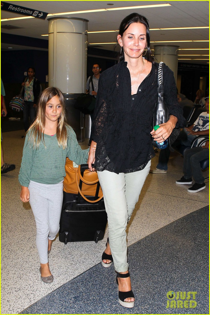 courteney cox coco lax landing 13