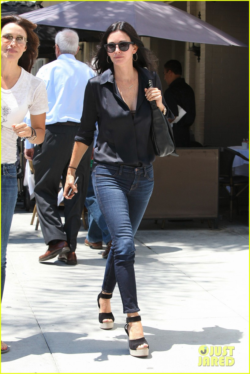 courteney cox lunch with gal pal 012688949