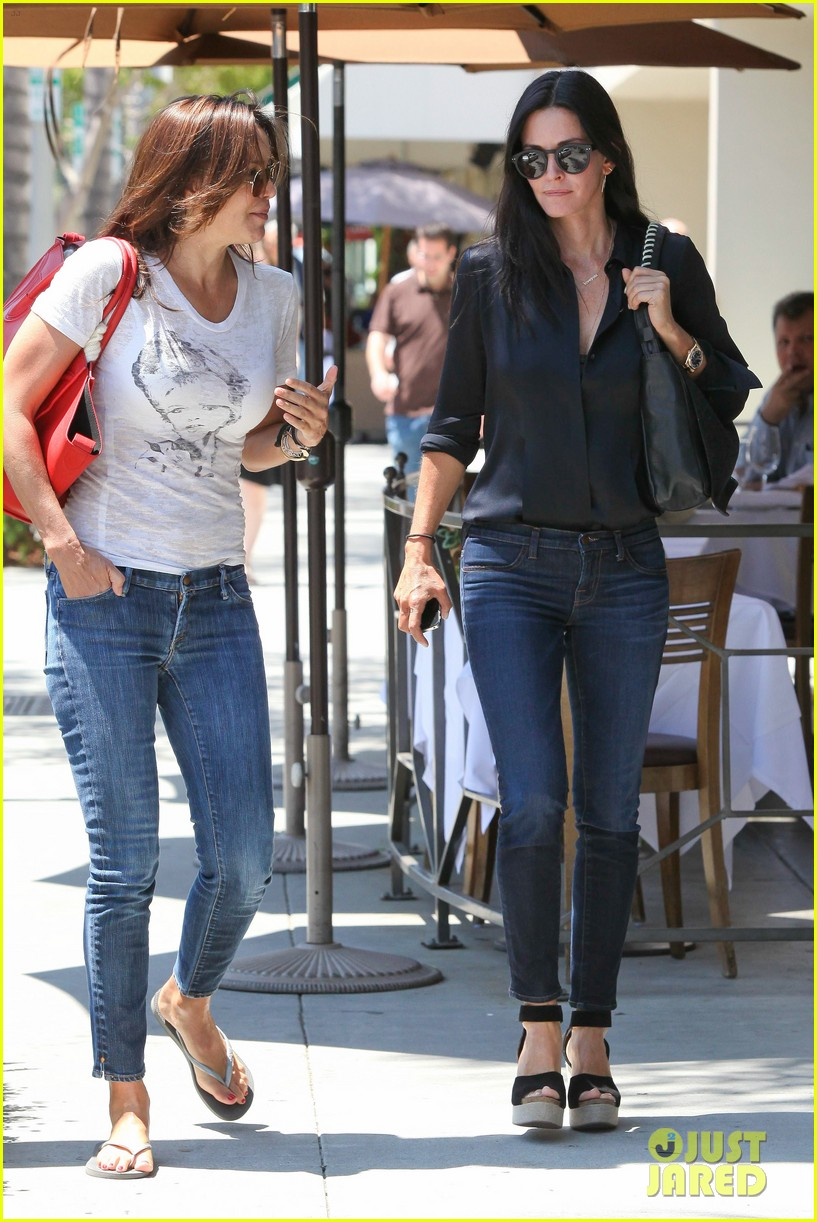 courteney cox lunch with gal pal 09