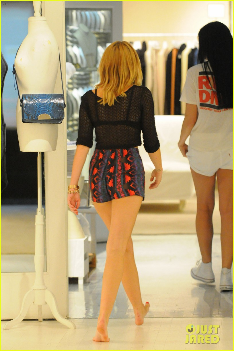 miley cyrus shops in nyc liam hemsworth films in philly 012691367