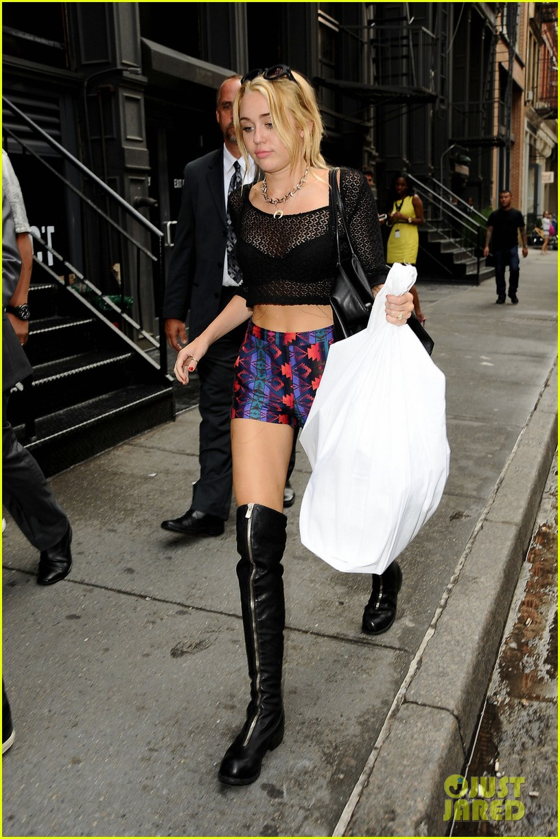 miley cyrus shops in nyc liam hemsworth films in philly 07