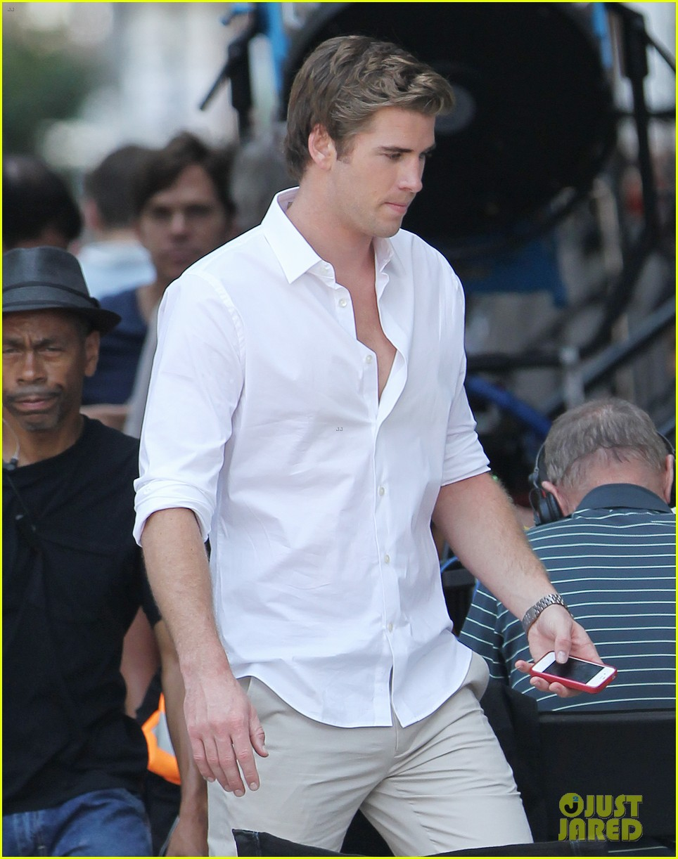miley cyrus shops in nyc liam hemsworth films in philly 102691376