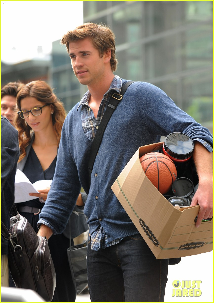 miley cyrus visits liam hemsworth on paranoia set 02