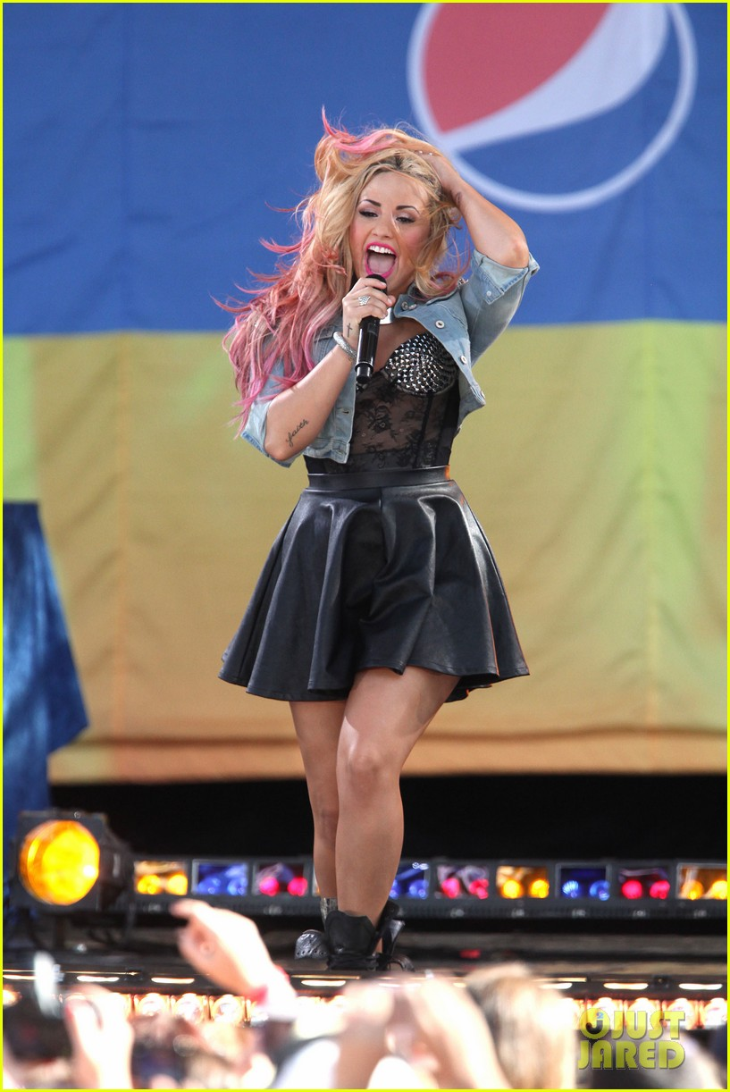 Demi lovato concert on good morning america in central park ny