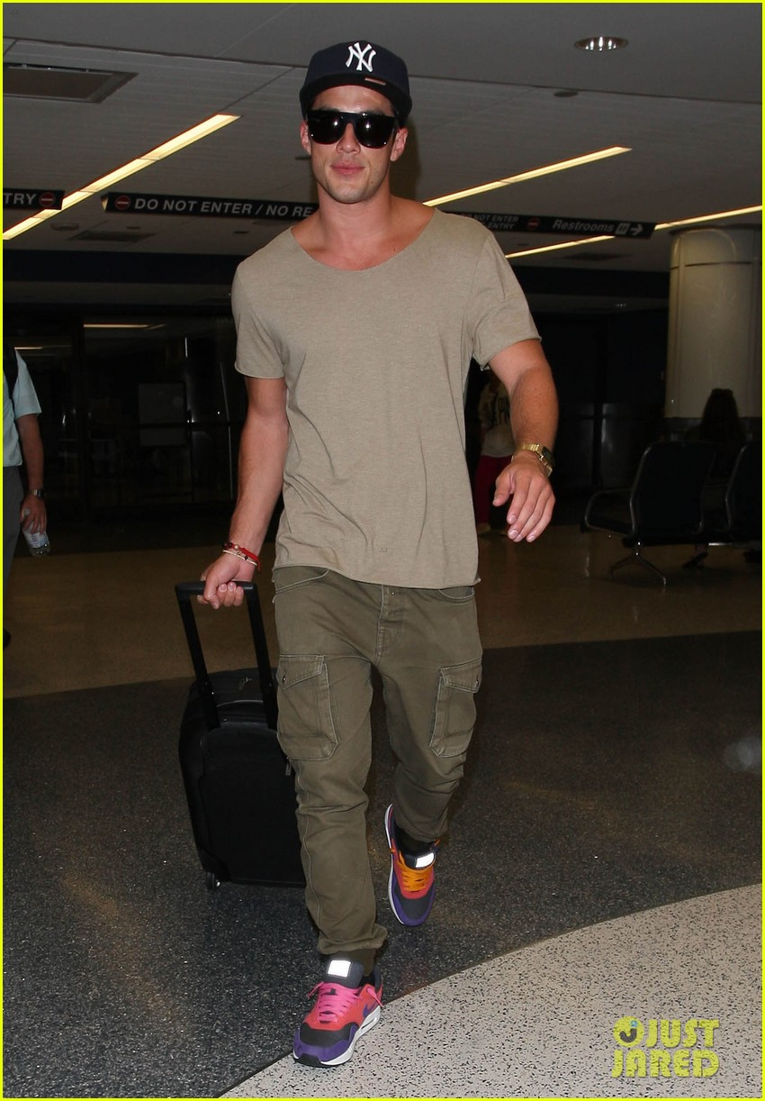 vampire diaries cast landing at lax 04