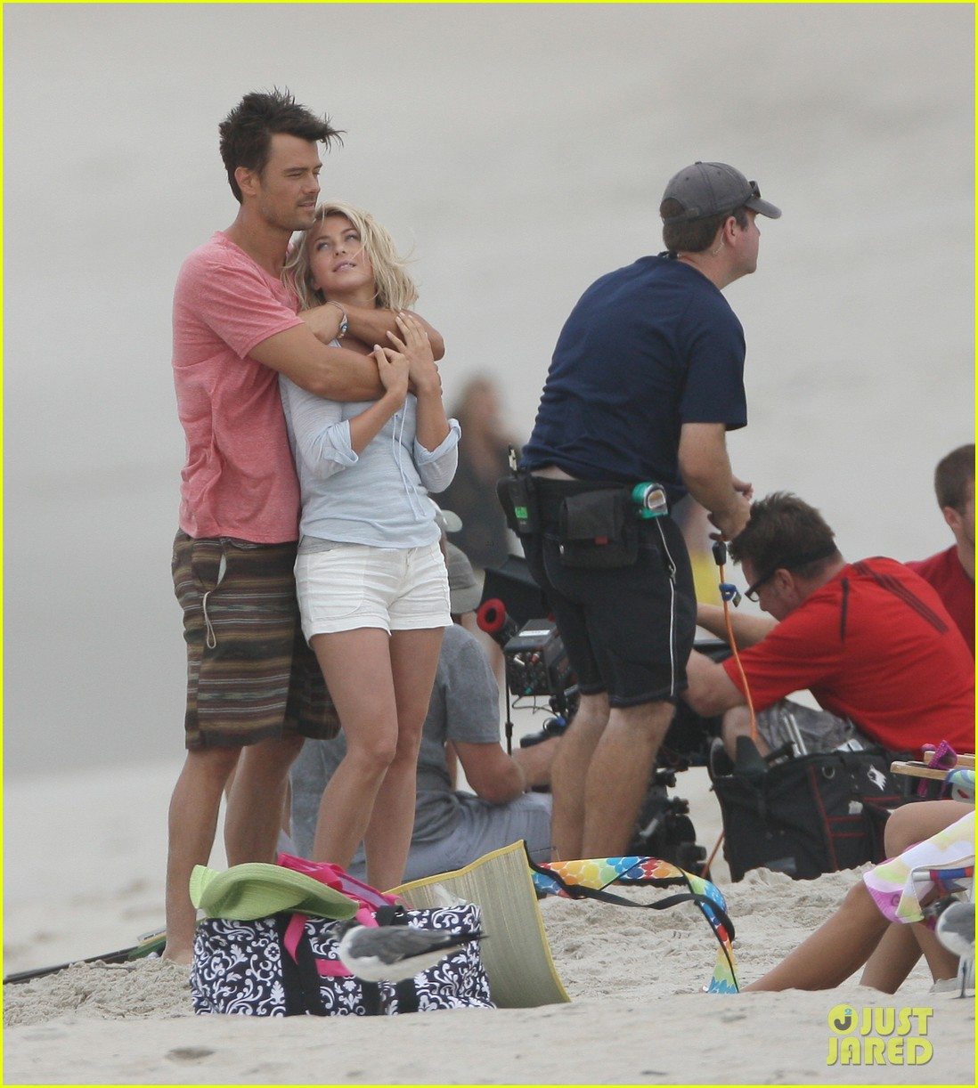 josh duhamel shirtless beach filming 01