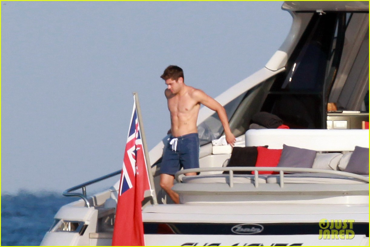 zac efron shirtless july 4 saint tropez 08