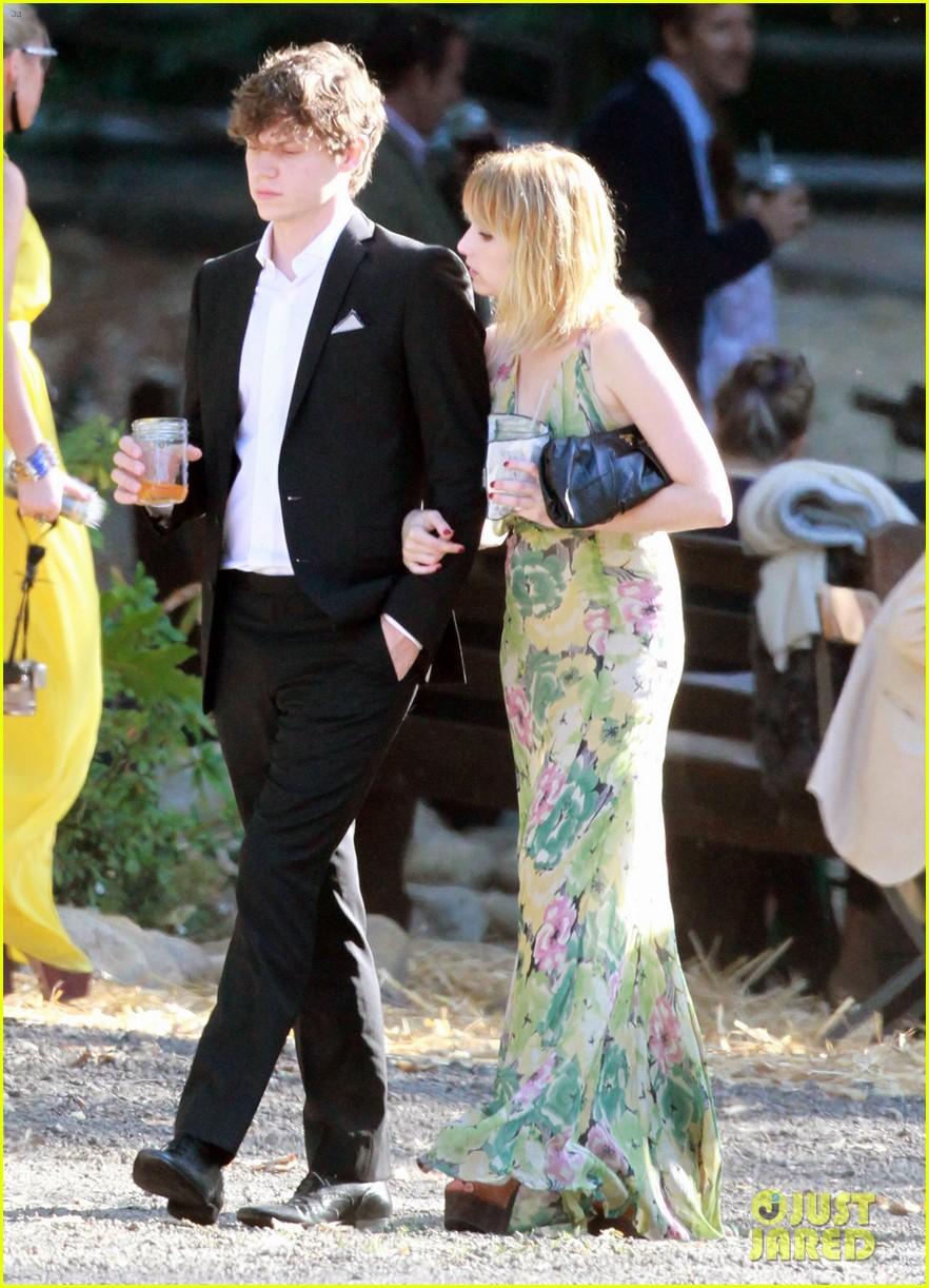 Emma roberts dating who