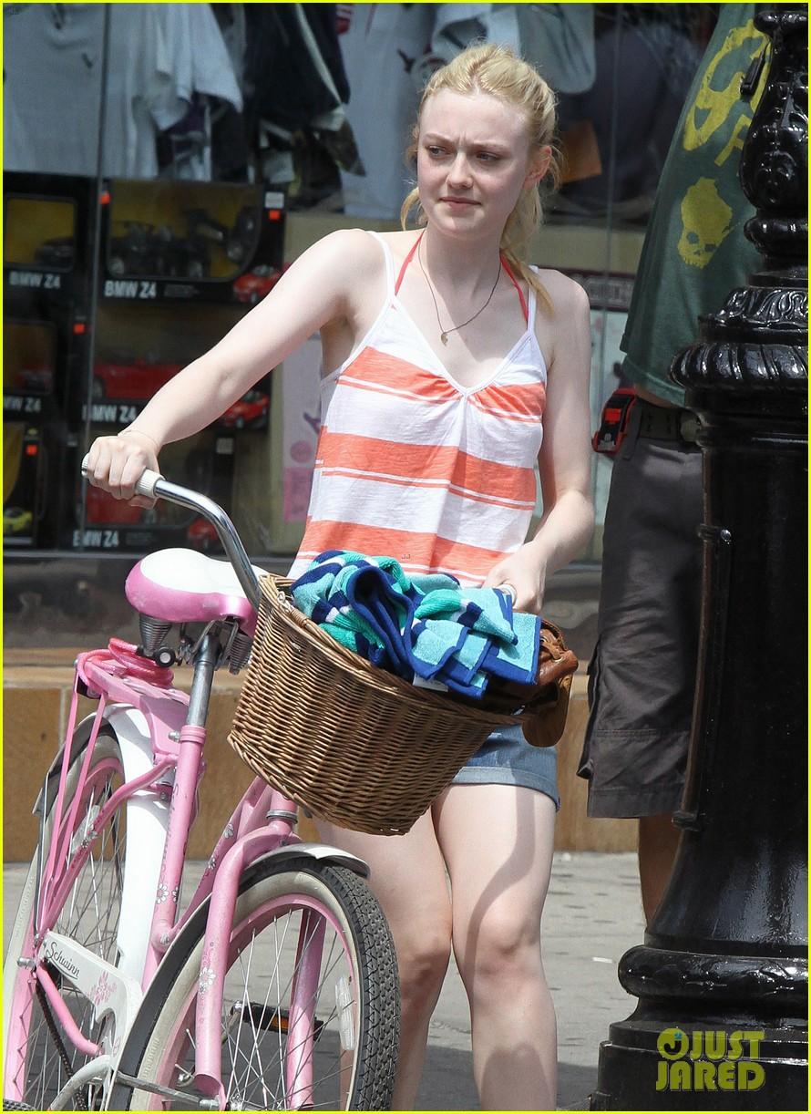 dakota fanning elizabeth olsen big apple bicycles 04