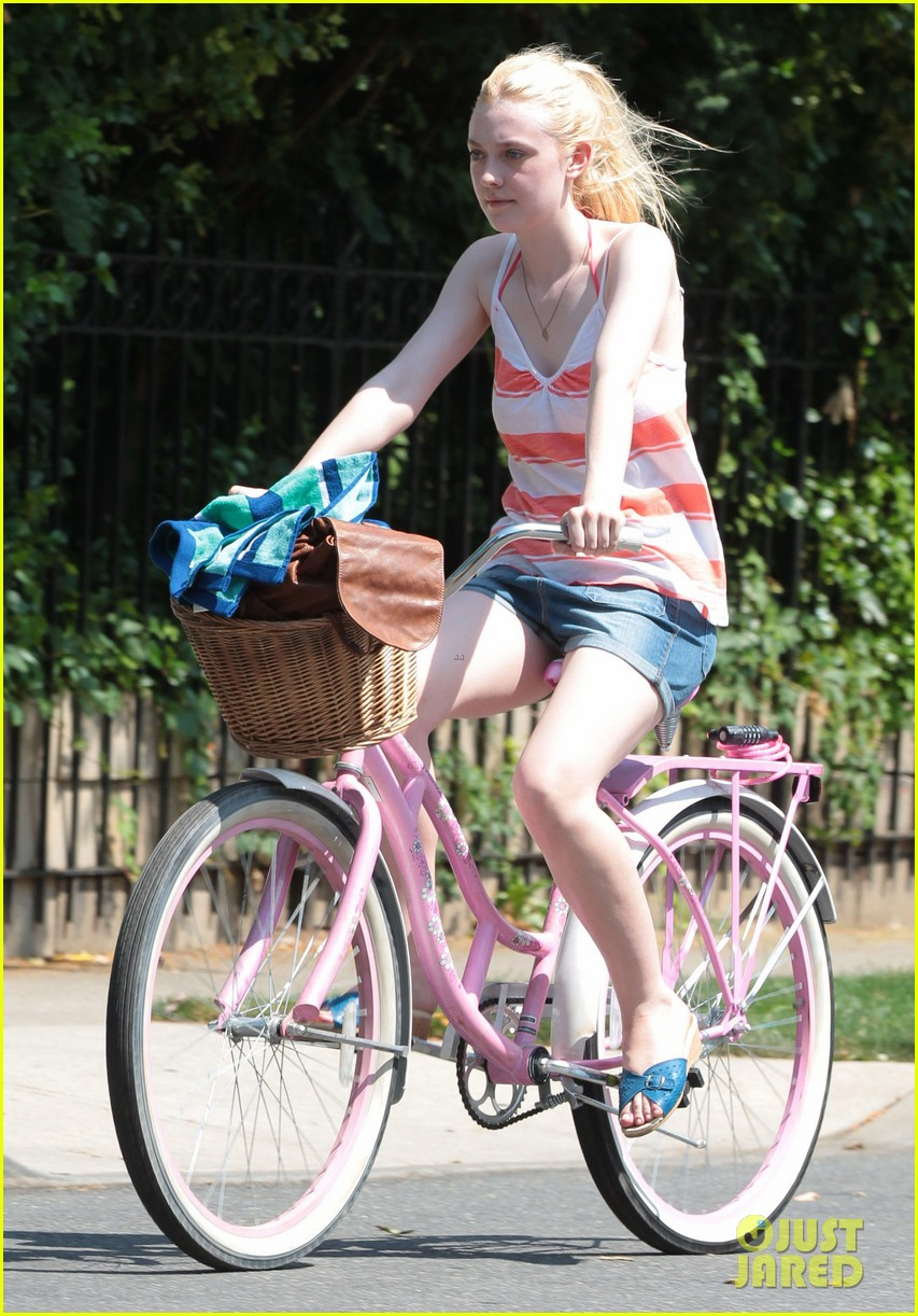 dakota fanning elizabeth olsen big apple bicycles 152683790