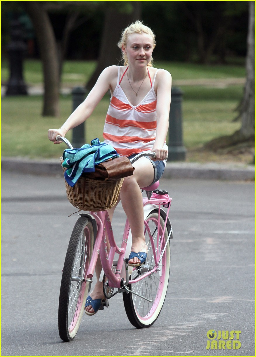 dakota fanning elizabeth olsen big apple bicycles 242683799