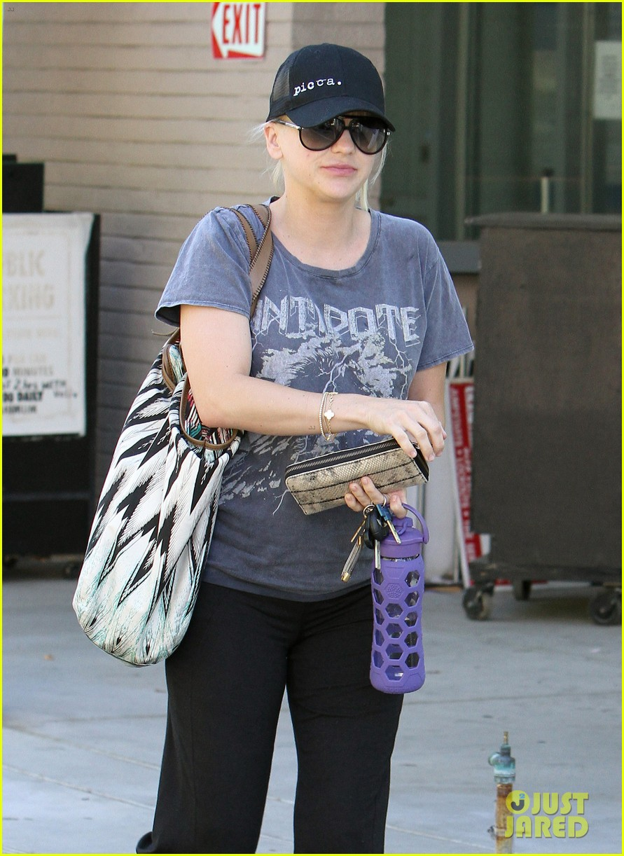 anna faris medical office visit 02