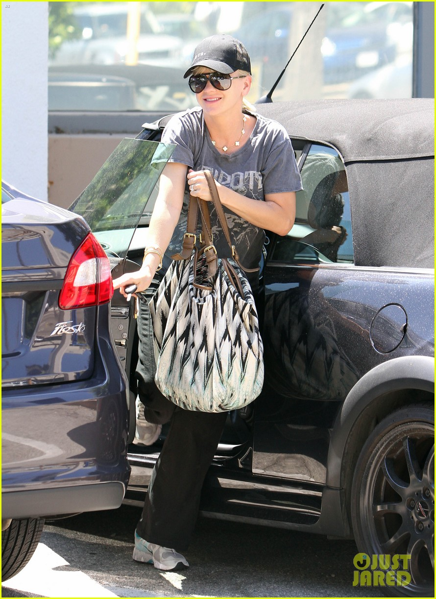 anna faris medical office visit 03
