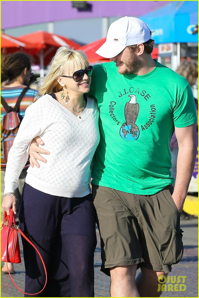 anna faris santa monica pier with chris pratt 04