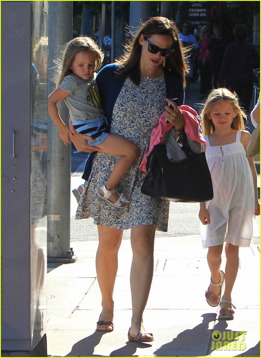 jennifer garner menchies with seraphina 142684819