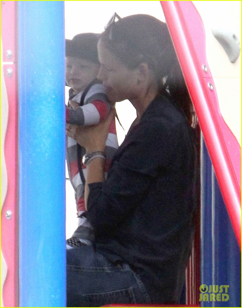 jennifer garner park playtime with samuel 01