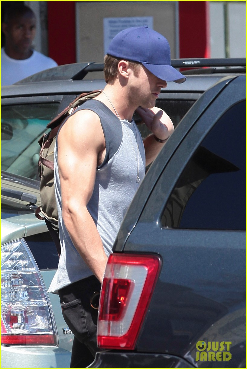 ryan gosling leaving fitness factory 022691574