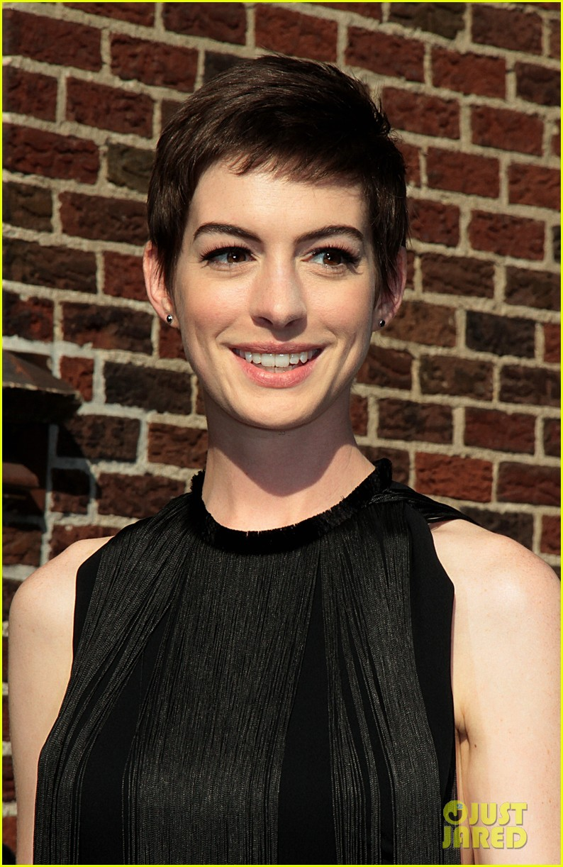 anne hathaway late show with david letterman appearance 02