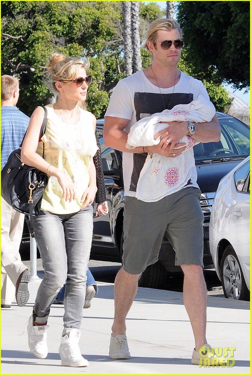 chris hemsworth walk with elsa india 052690081