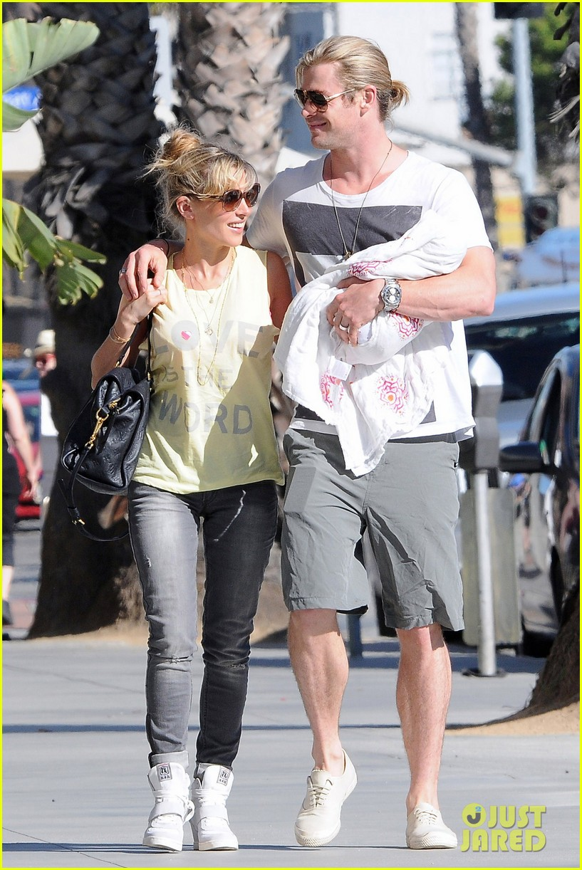 chris hemsworth walk with elsa india 082690084