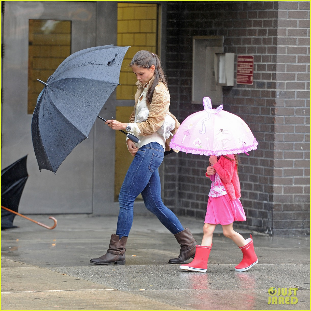 katie suri walking in the rain 05