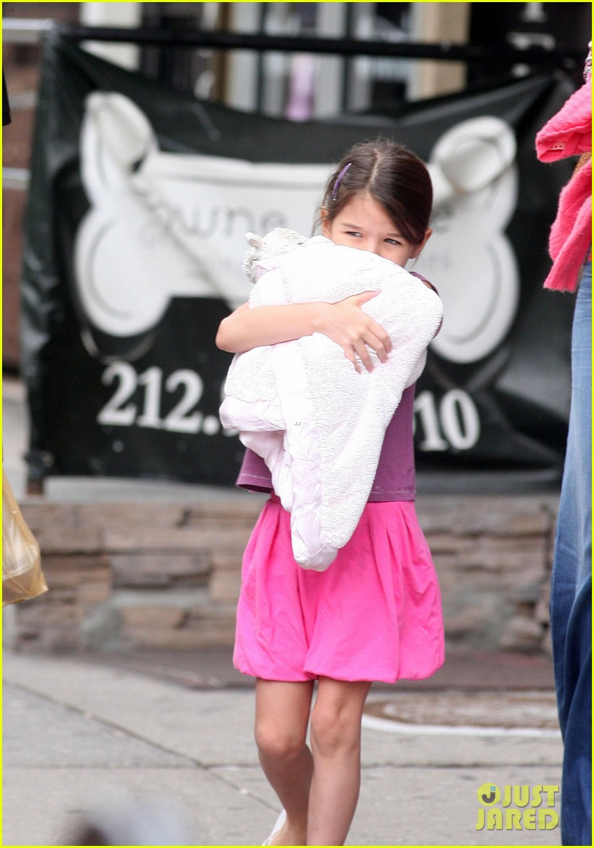 katie holmes suri coffee stop before leaving town 022694335