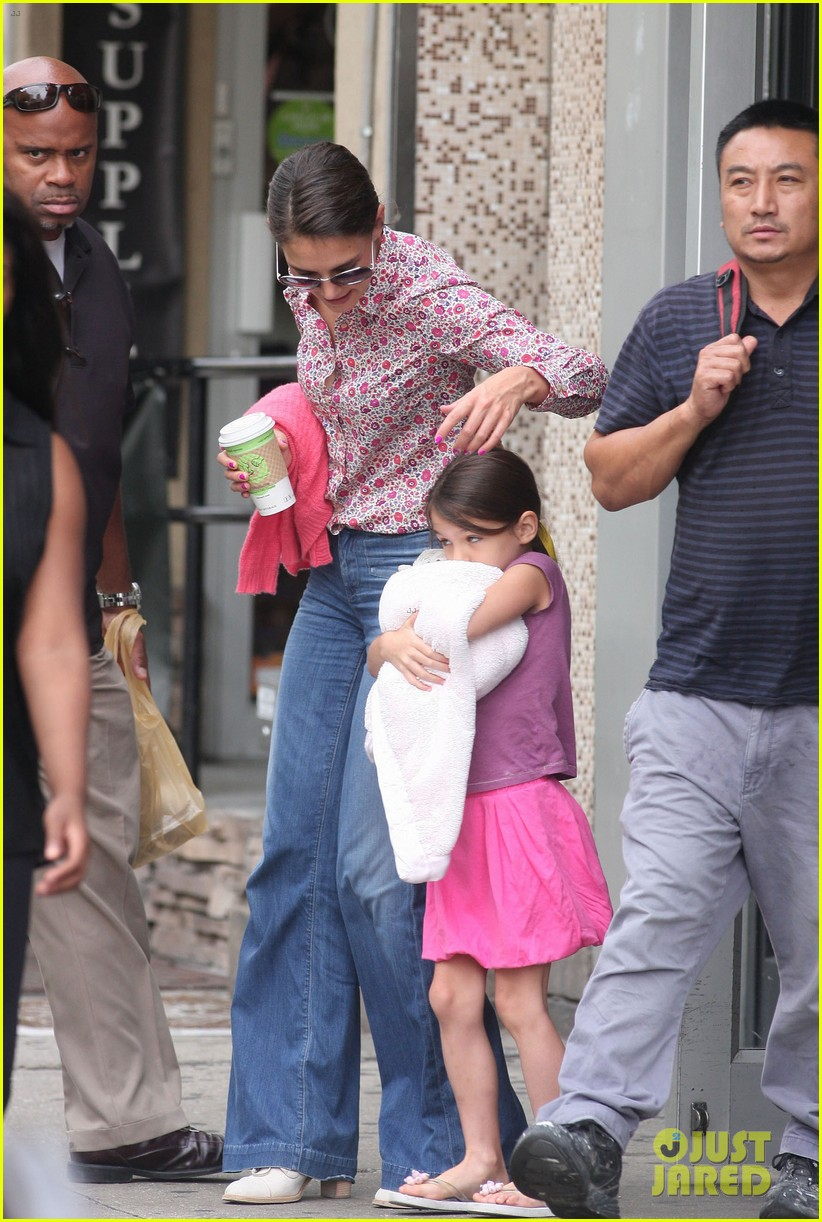 katie holmes suri coffee stop before leaving town 05