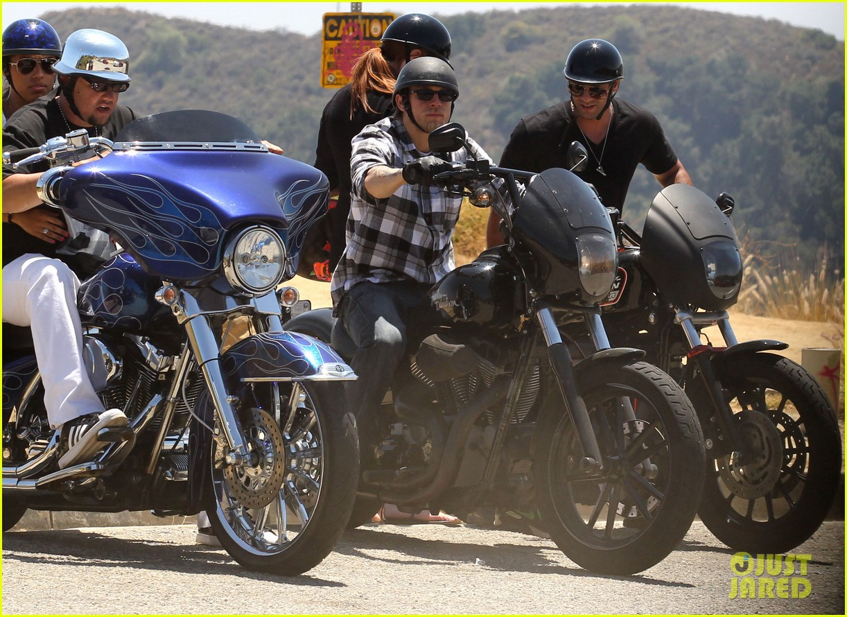 charlie hunnam ice cream pit stop 05