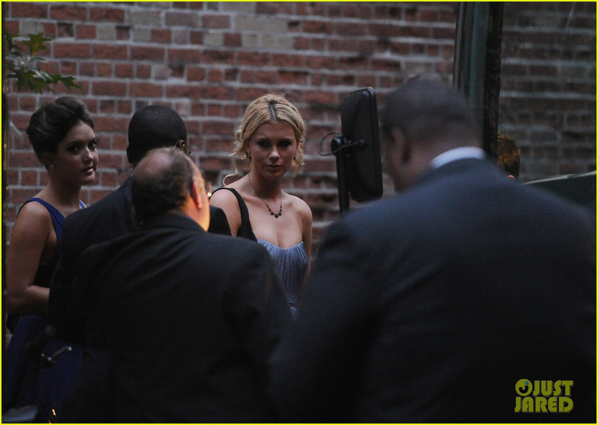 ireland baldwin dries her eyes at dad alecs wedding 122681658