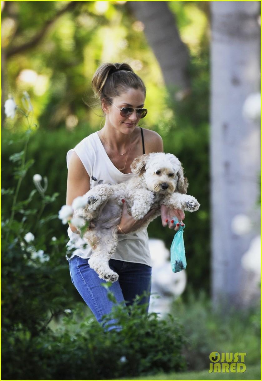 minka kelly walks dog 042681717