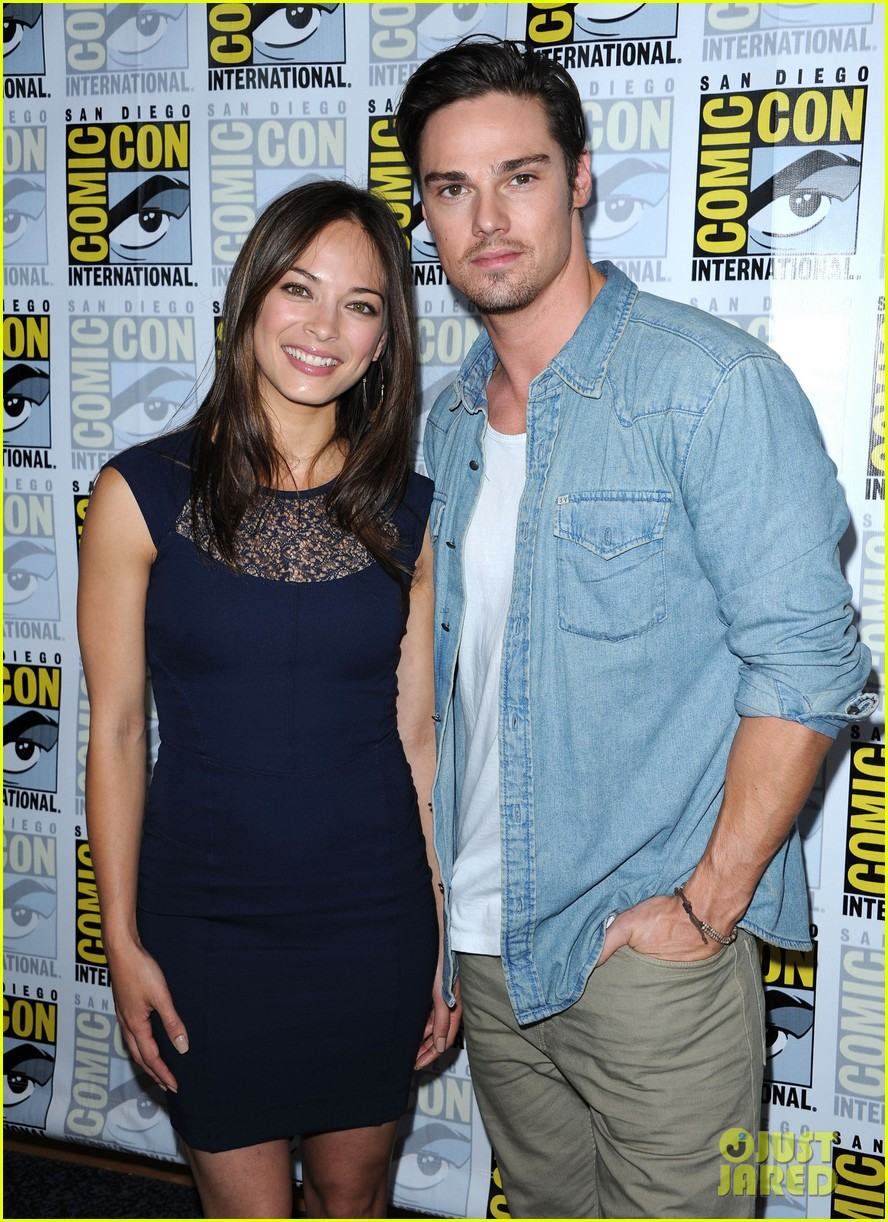 kristin kreuk jay ryan beauty and the beast at comic con 032686699