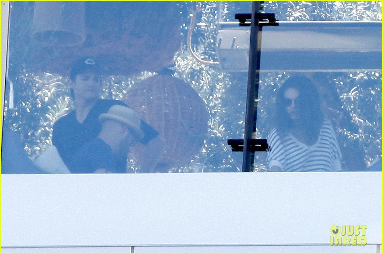ashton kutcher mila kunis cuddle at soho house 14