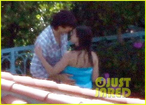 ashton kutcher mila kunis kiss on fourth of july 032683609