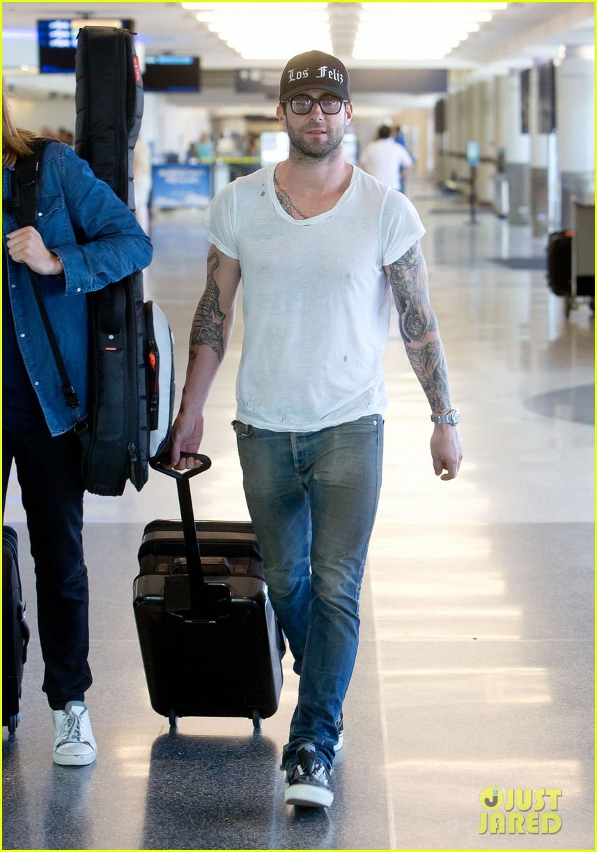adam levine leaving lax 01