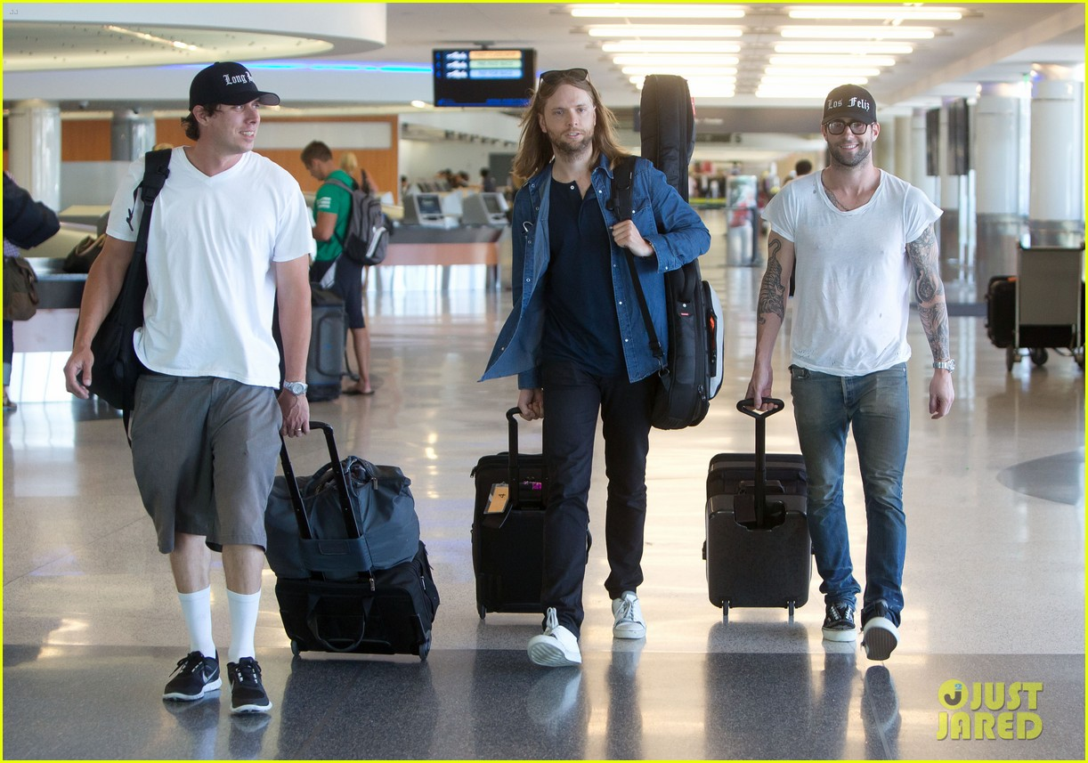 adam levine leaving lax 032689994